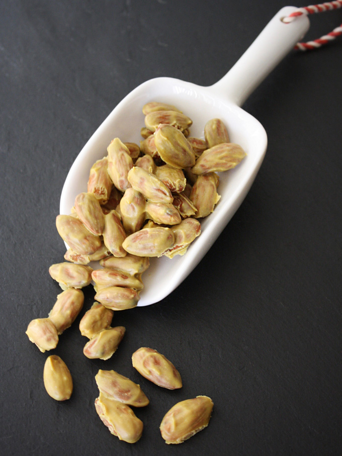 raw vegan cheesey almonds